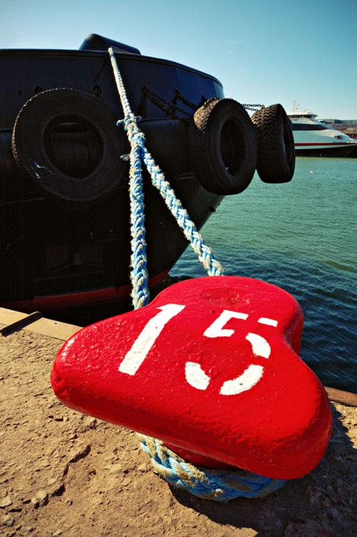 Bateau amarré à un bollard dans le port de Tallinn, Estonie