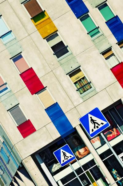 Bâtiment design coloré et signaux routiers à Tallinn, Estonie