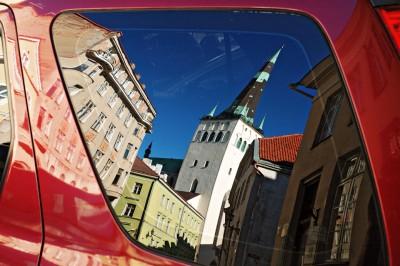 Reflet de la vieille ville de Tallinn sur la vitre d'une voiture, Estonie