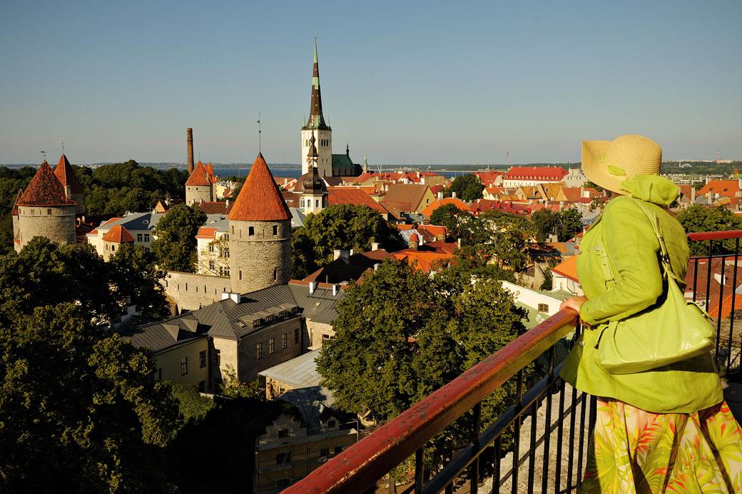 Femme qui observe la vieille ville médiévale de Tallinn, Estonie