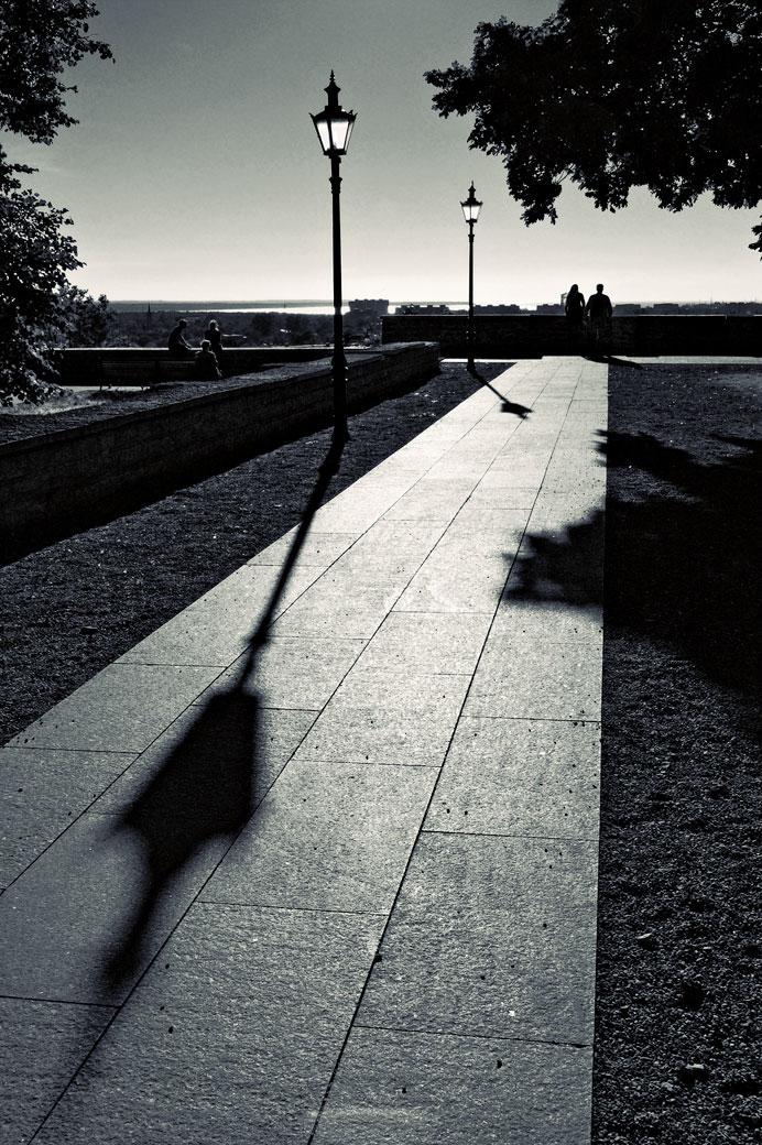 Lampadaires et leur ombre à Tallinn, Estonie