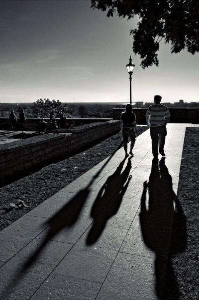 Un couple se balade dans la vieille ville de Tallinn, Estonie