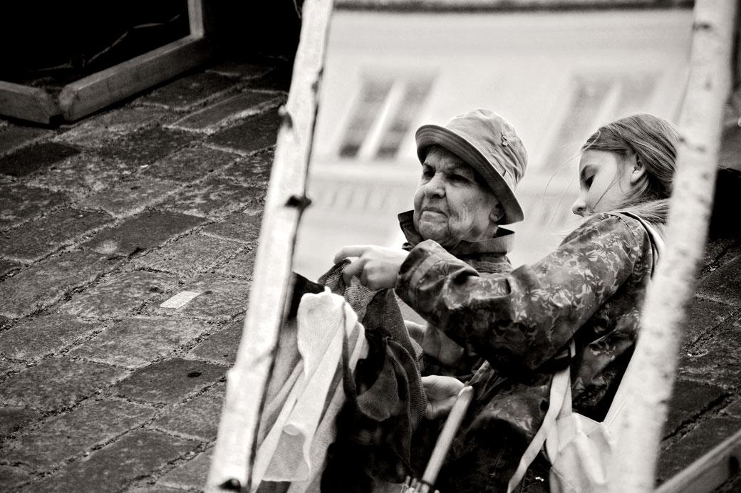 Reflet de femmes au marché de Tallinn, Estonie