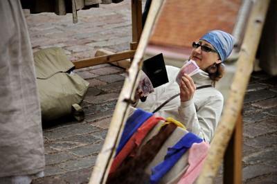 Femme avec de l'argent au marché de Tallinn, Estonie