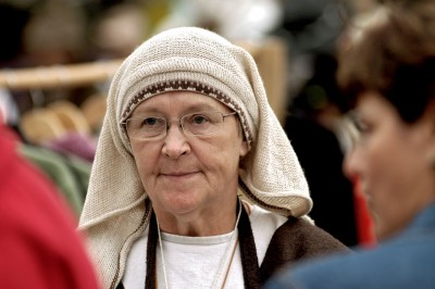 Portrait d'une vendeuse au marché médiéval de Tallinn, Estonie