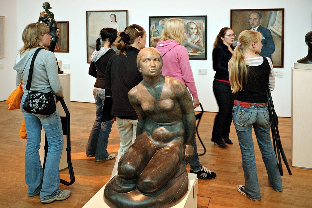 Visiteurs et statue au KUMU, le musée d'art Estonien de Tallinn