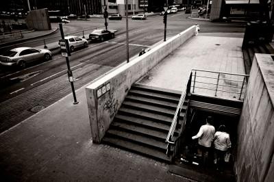 Couple qui descend des escaliers au centre de Tallinn, Estonie