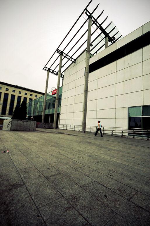 Femme qui passe devant Viru Keskus, un centre commercial de Tallinn