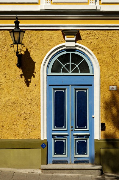Porte bleue et mur jaune à Tallinn, Estonie