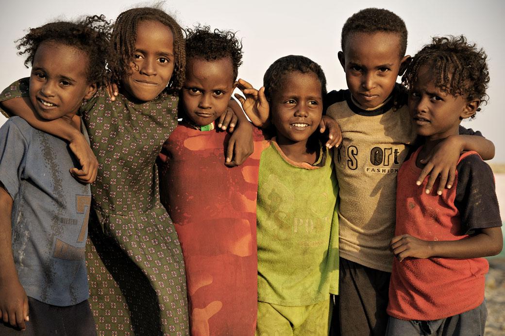 Groupe d'enfants à Ahmed Ela dans le désert du Danakil, Ethiopie