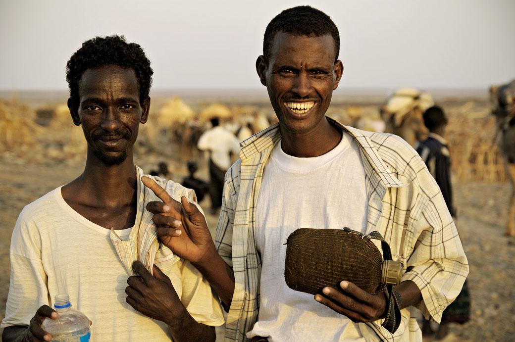 Hommes joyeux à Ahmed Ela dans le désert du Danakil