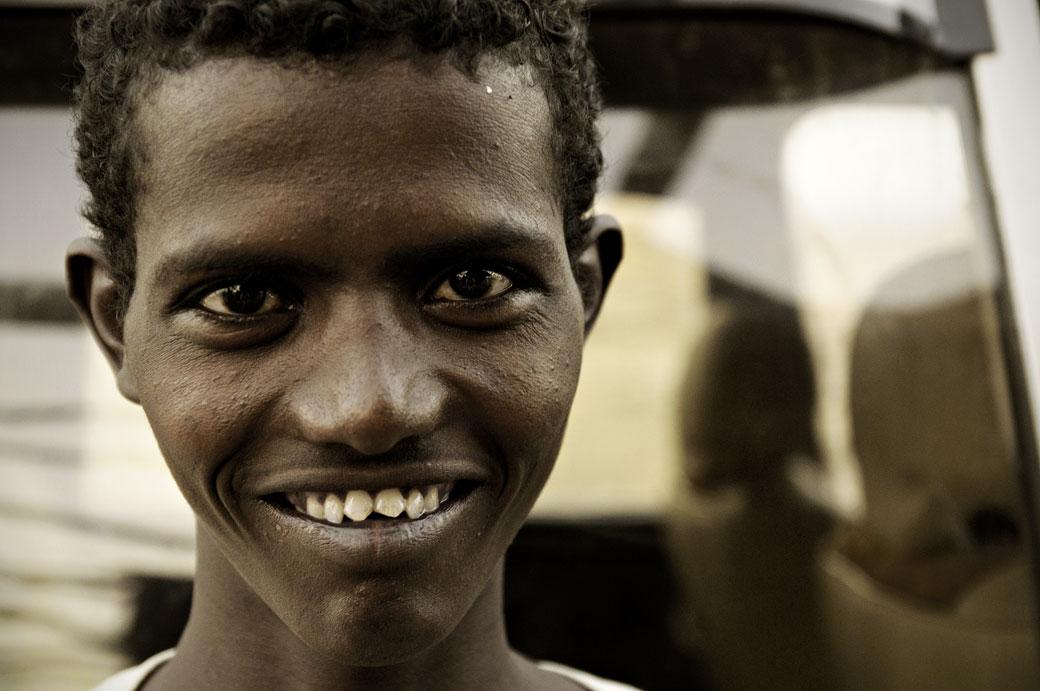 Sourire d'un jeune homme Afar à Ahmed Ela, Ethiopie