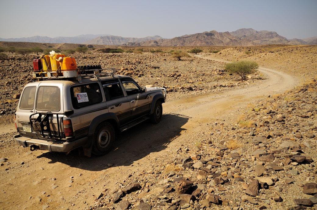 Voiture sur une route pour rejoindre Berahle, Ethiopie