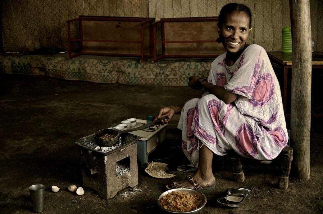 Femme souriante pendant la cérémonie du café, Ethiopie