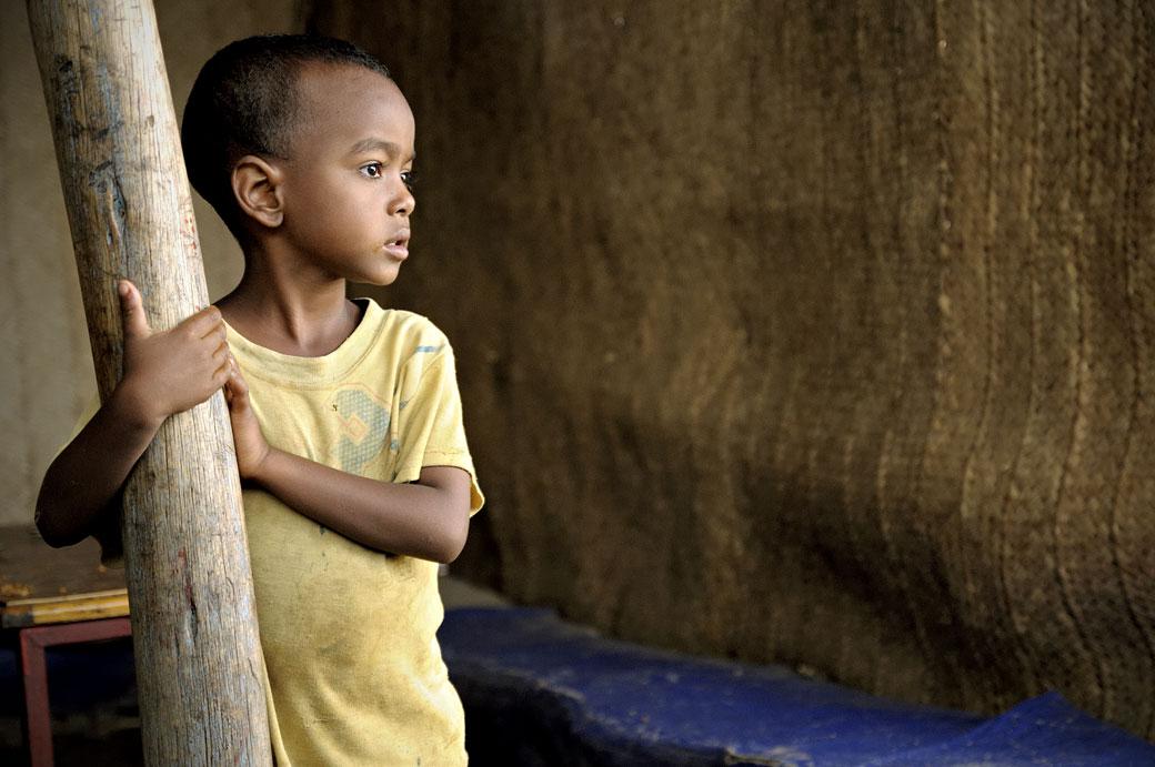 Jeune garçon dans une maison à Berahle, Ethiopie