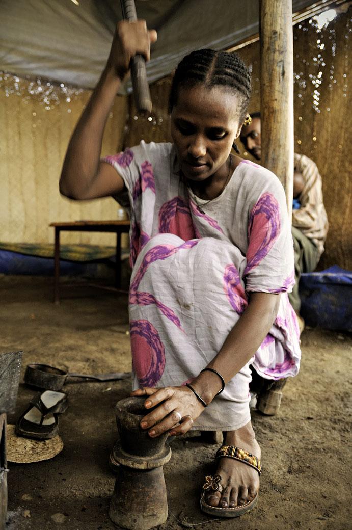 Femme qui pile le café dans un mortier, Ethiopie