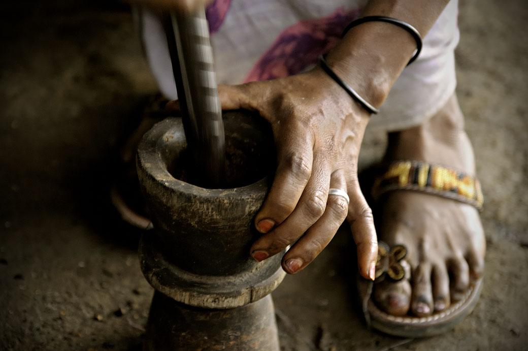 Mortier utilisé par une femme pendant la cérémonie du café, Ethiopie