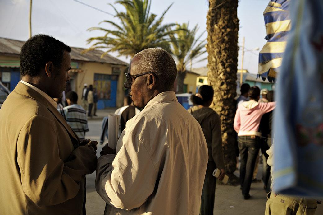Hommes qui discutent à Mekele dans la région du Tigray, Ethiopie