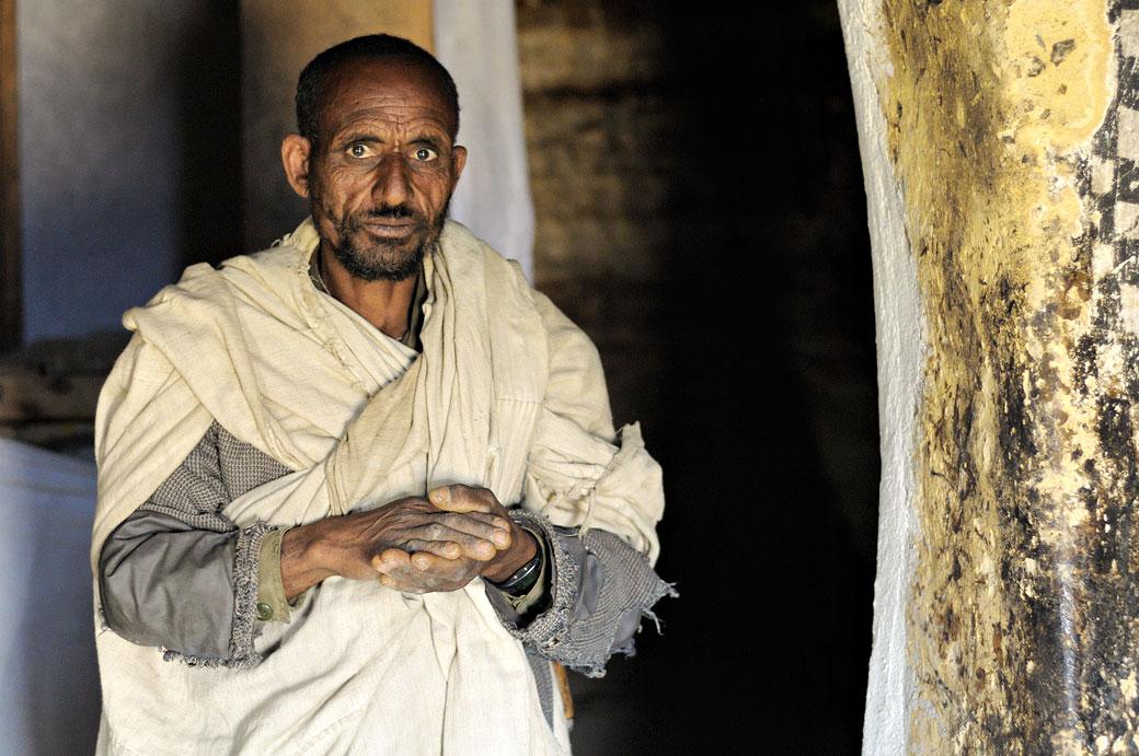 Prêtre dans l'église Petros & Paulos dans le Tigray, Ethiopie