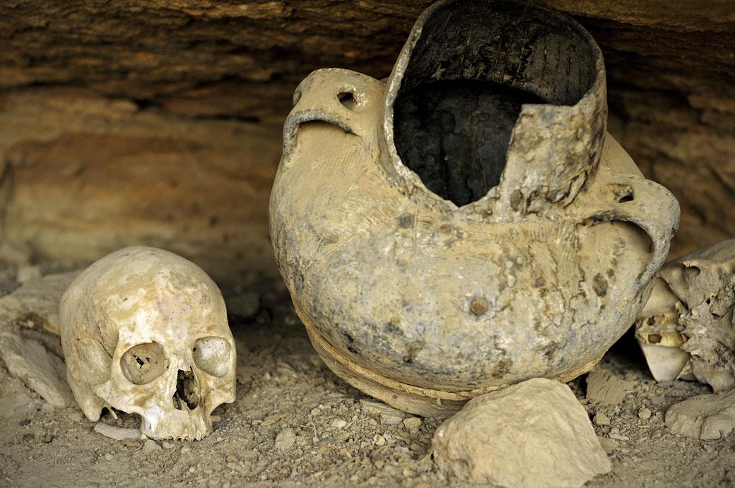 Crâne humain et vieille jarre à l'église Petros & Paulos, Ethiopie