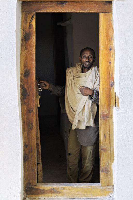 Prêtre à la porte de l'église Petros & Paulos dans le Tigray, Ethiopie