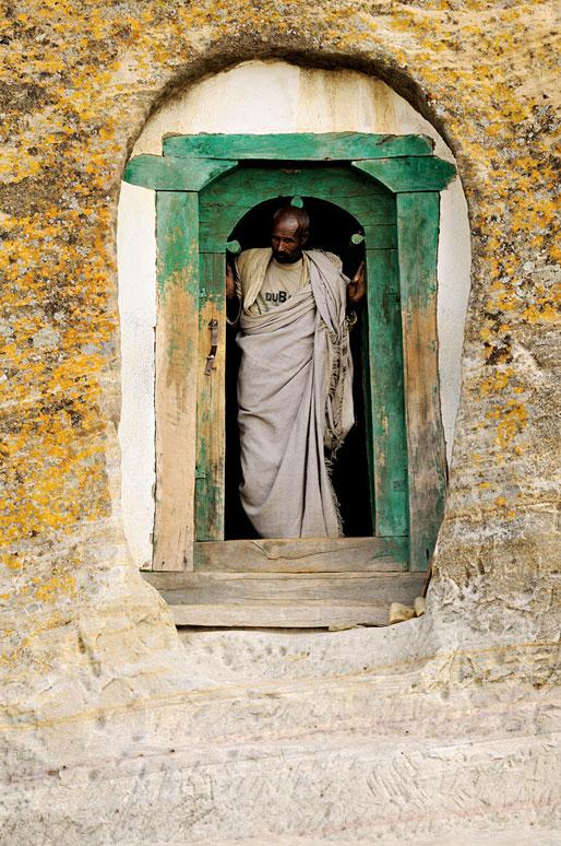 Prêtre à la porte de l'église Mikael Milhaizengi, Ethiopie