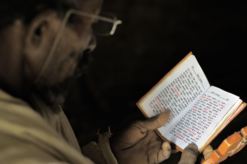 Prêtre lisant les Saintes Ecritures à l'église Mikael Milhaizengi, Ethiopie