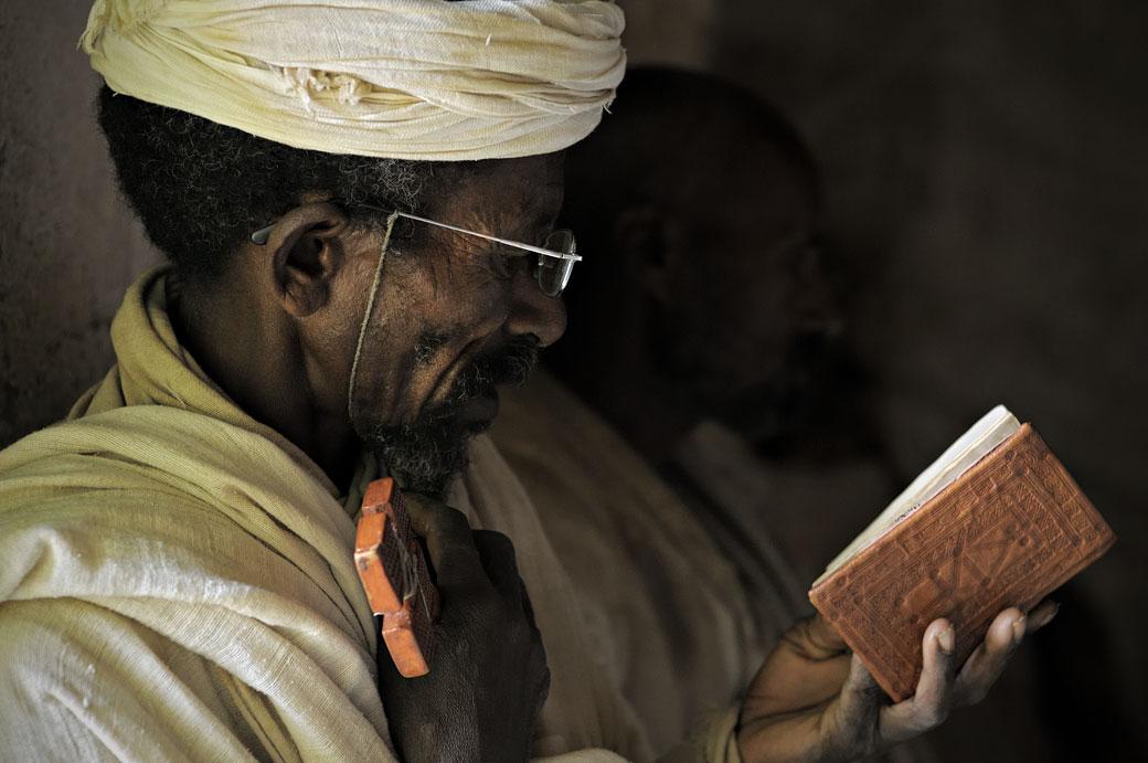 Prêtre en pleine lecture à l'église Mikael Milhaizengi, Ethiopie