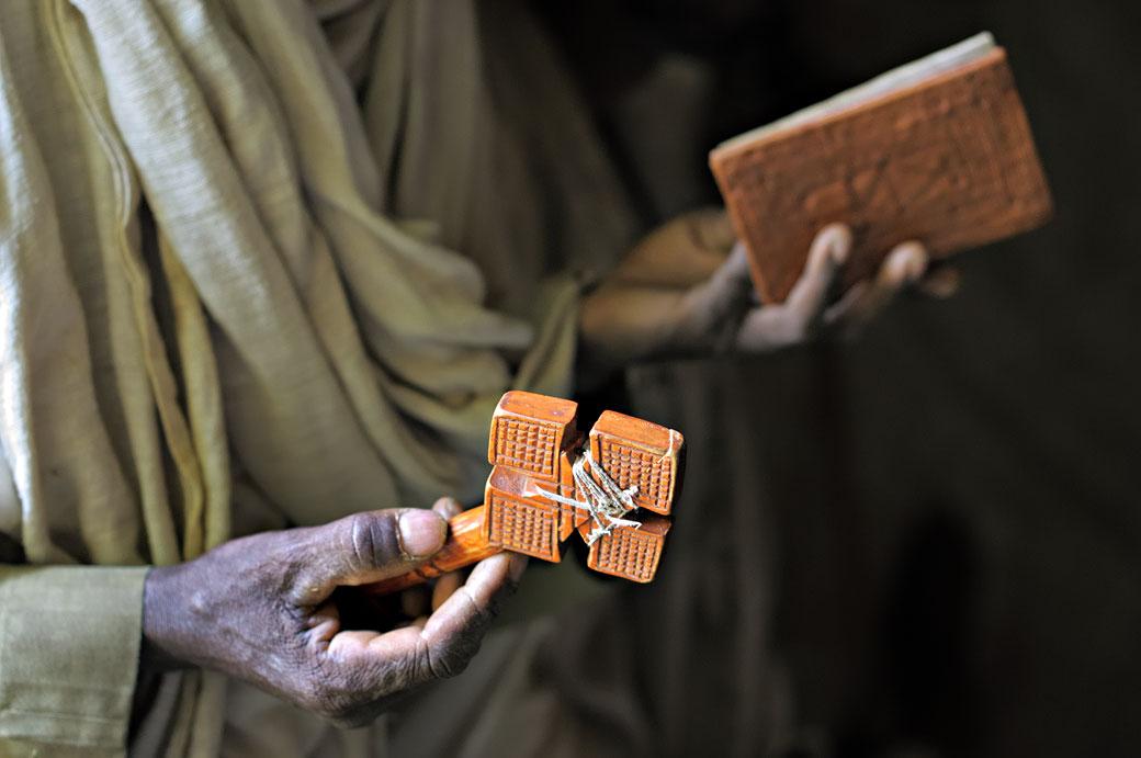 Prêtres, croix et Bible à l'église Mikael Milhaizengi, Ethiopie