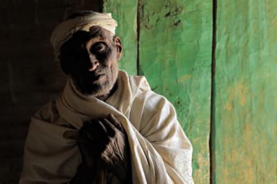 Prêtre orthodoxe à l'entrée de l'église Mikael Milhaizengi, Ethiopie