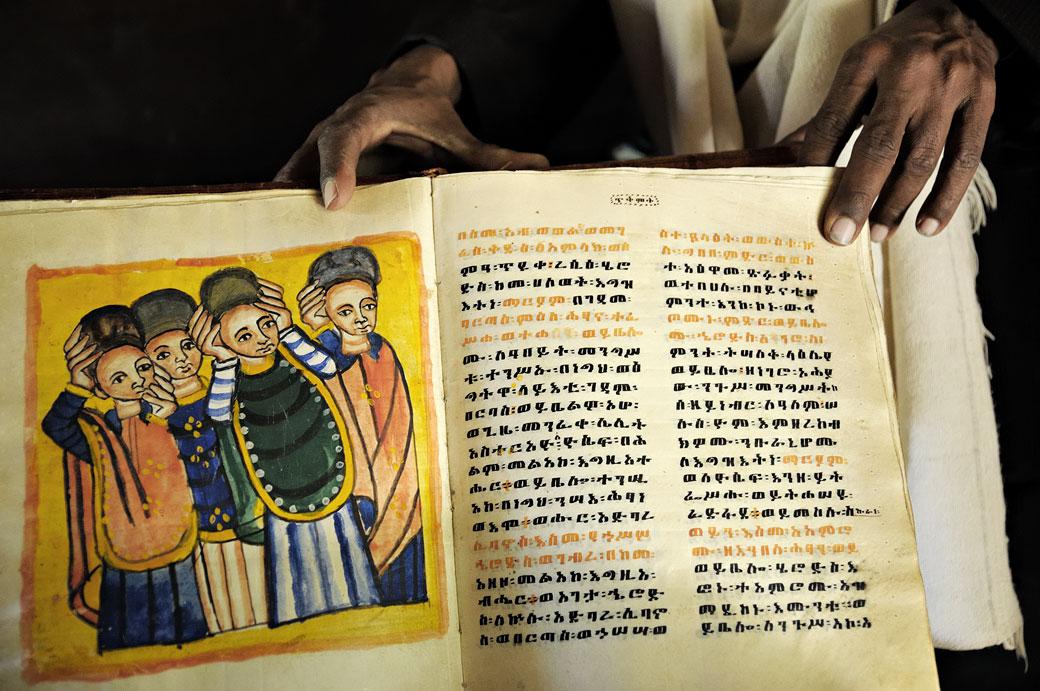 Vieux livre illustré à Yeha dans le Tigray, Ethiopie
