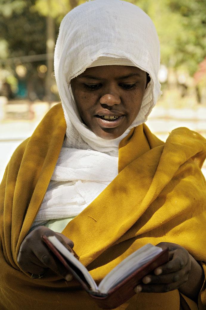Nonne qui lit un livre à Aksoum dans le Tigray, Ethiopie