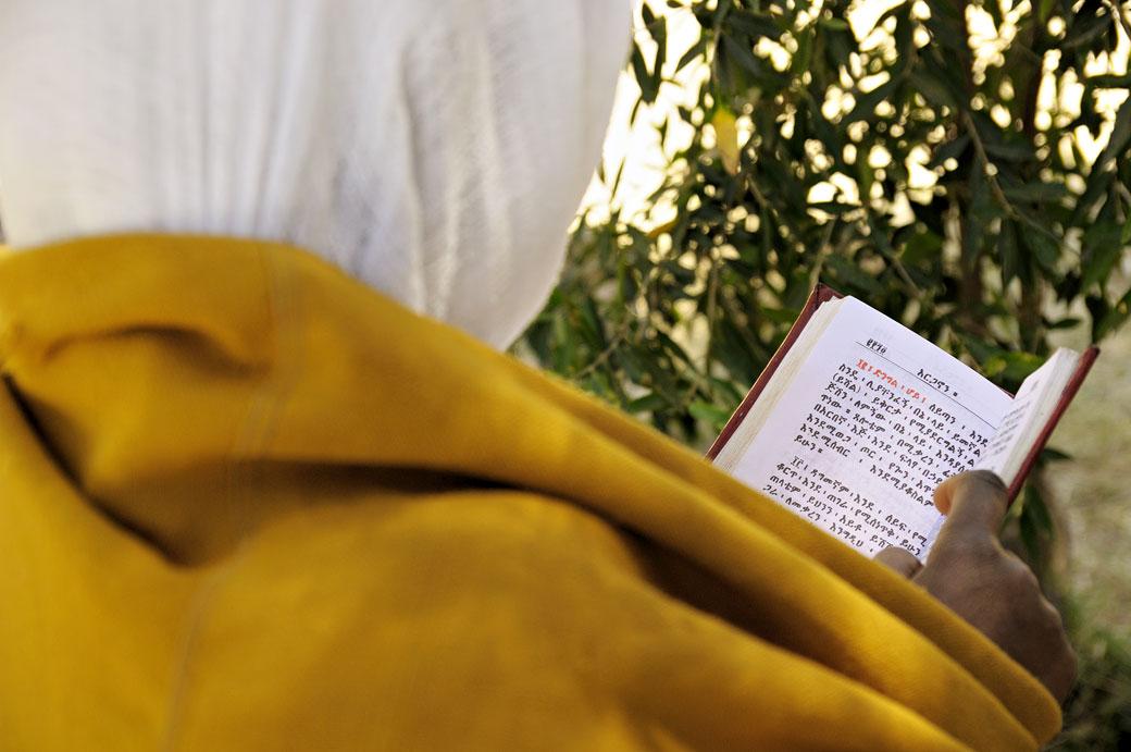 Nonne en pleine lecture à Aksoum, Ethiopie