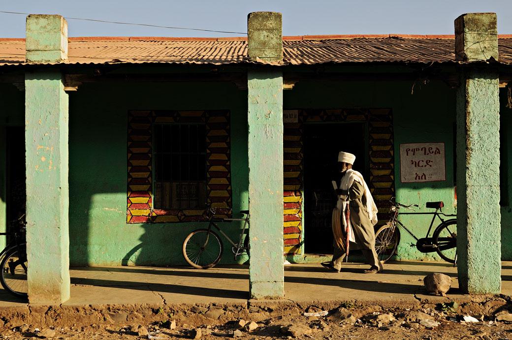 Homme qui passe à Aksoum dans le Tigray, Ethiopie