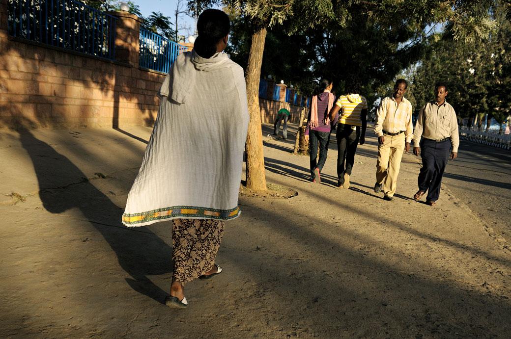 Femme dans une rue d'Aksoum dans le Tigray, Ethiopie