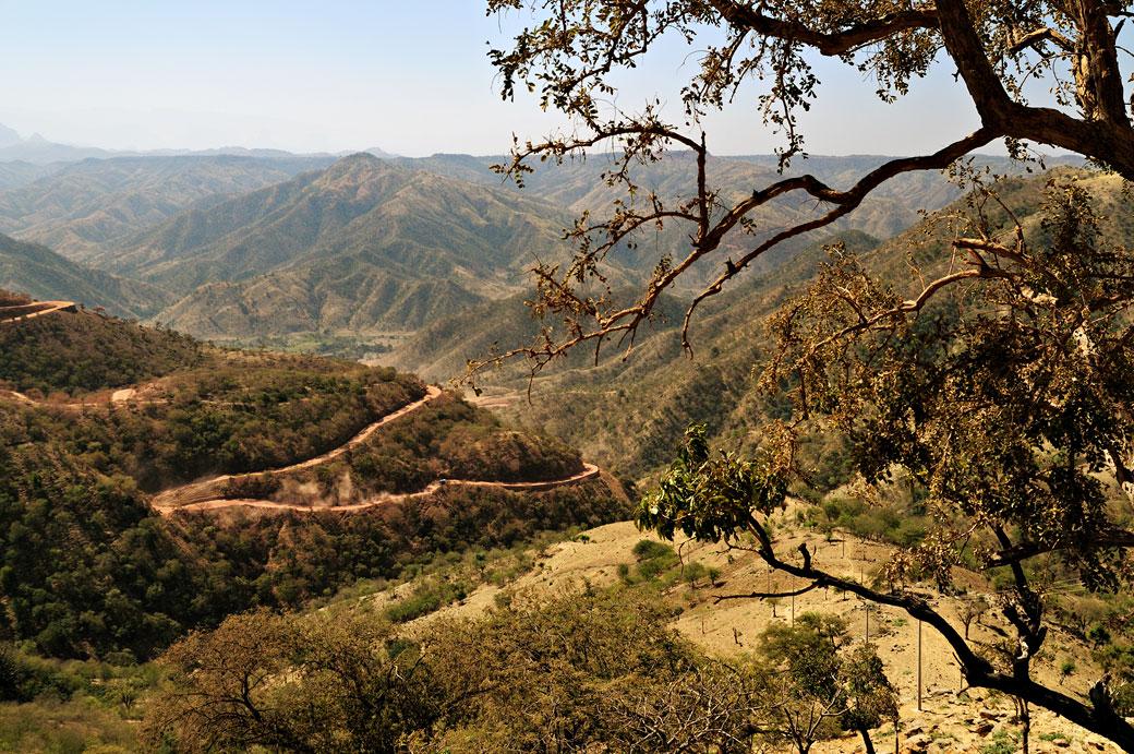 Route en lacets dans un paysage vallonné, Ethiopie
