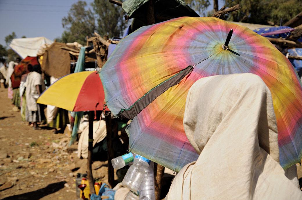 Ombrelle colorée au marché d'Addi Arkay, Ethiopie