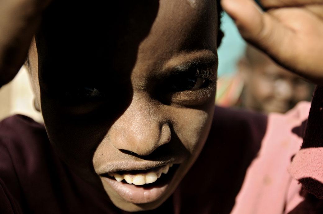 Enfant curieux au marché d'Addi Arkay, Ethiopie