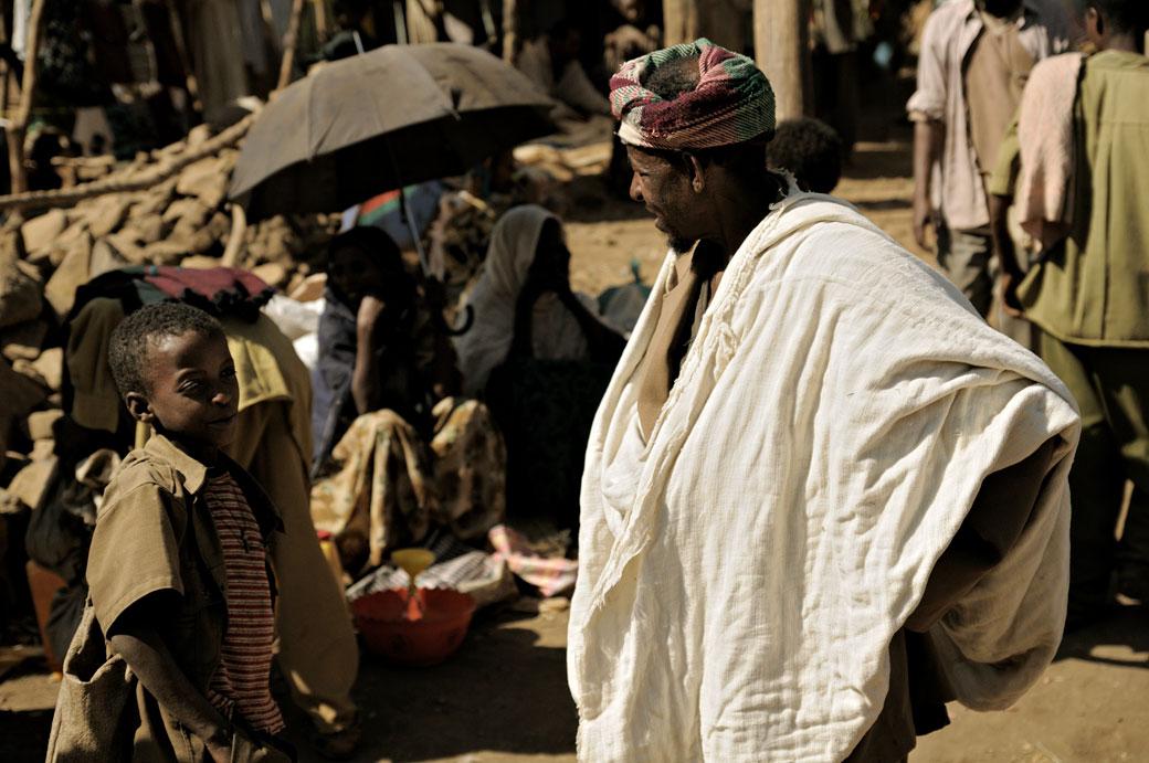 Homme et enfant au marché d'Addi Arkay, Ethiopie