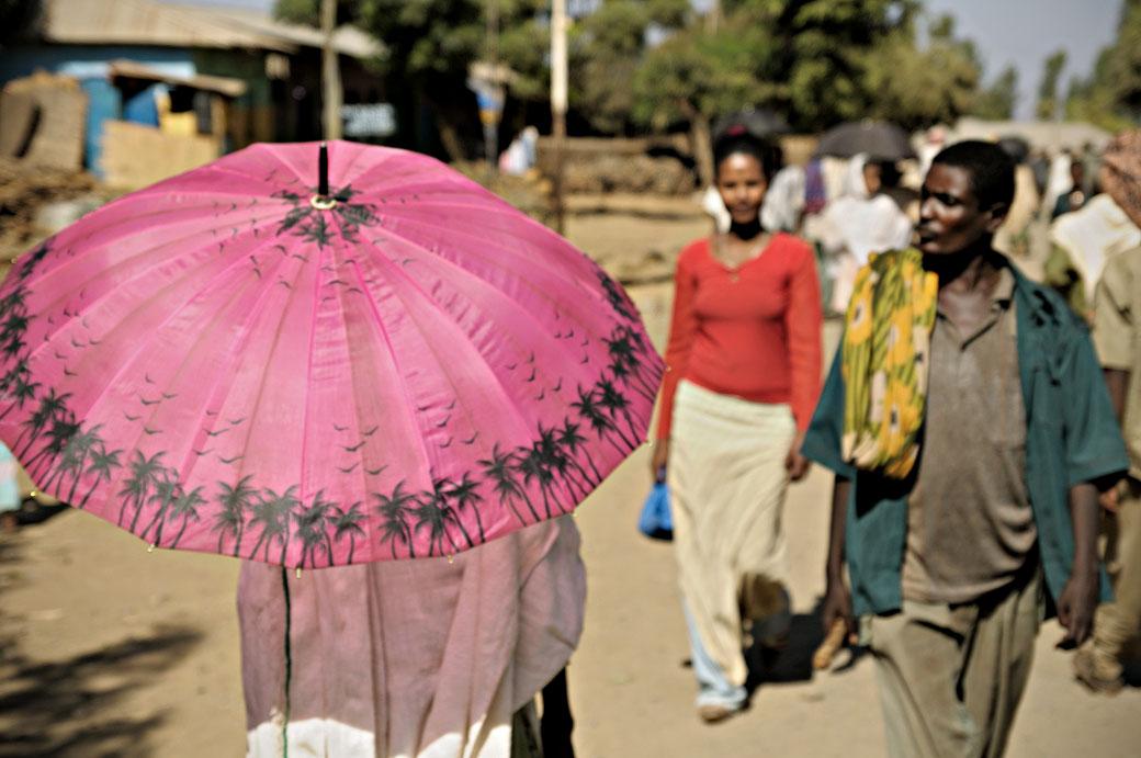 Ombrelle rose au marché d'Addi Arkay, Ethiopie