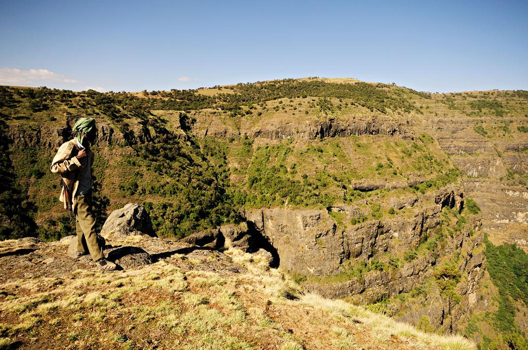 Ranger armé près d'une falaise des montagnes du Simien, Ethiopie