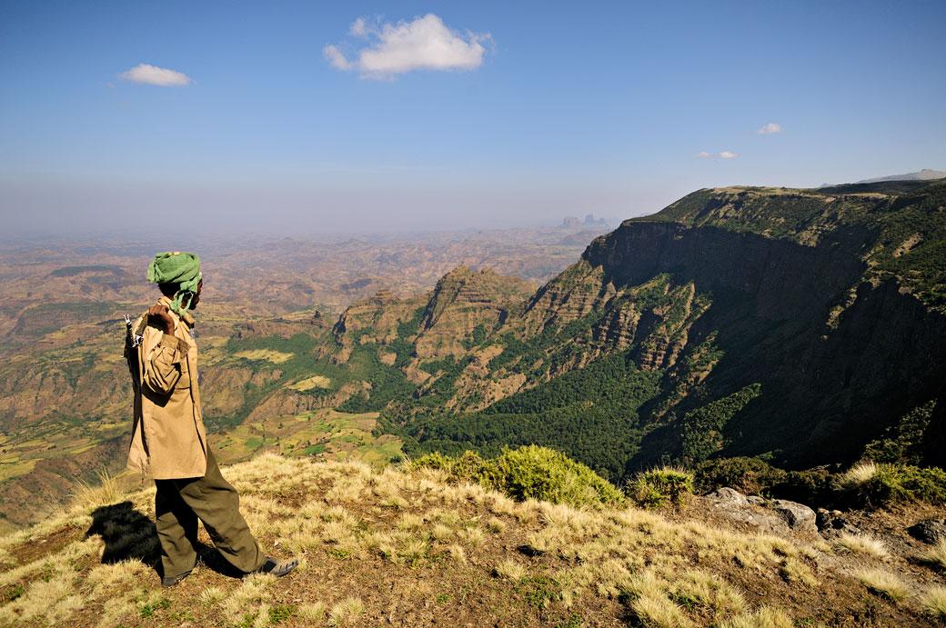 Ranger en observation dans les montagnes du Simien, Ethiopie
