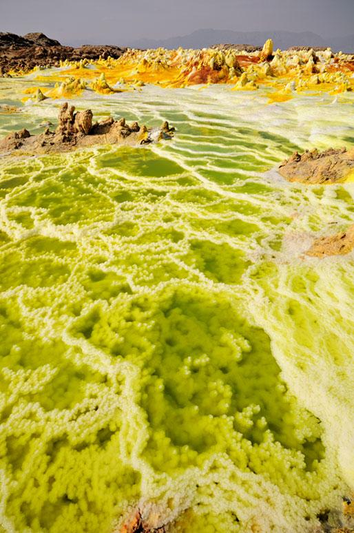Concrétions minérales et acide sur le volcan Dallol, Ethiopie