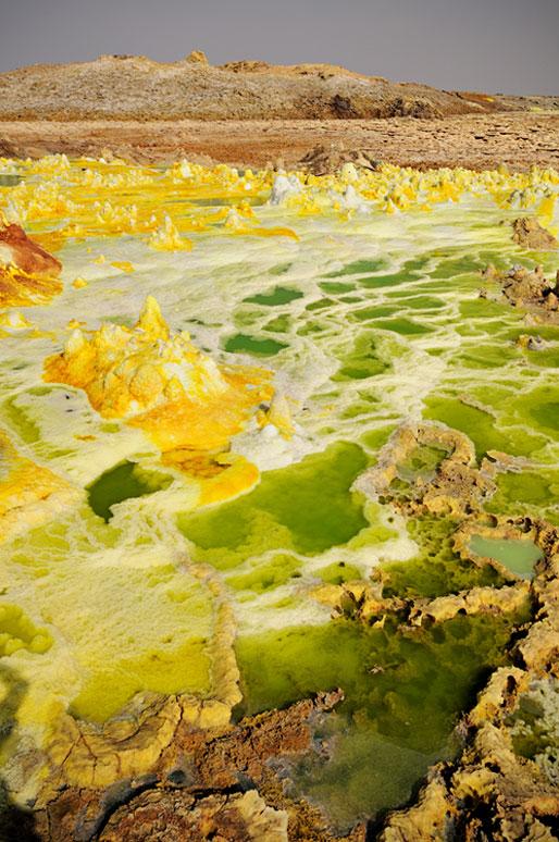 Lacs d'acide, soufre et concrétions minérales au volcan Dallol