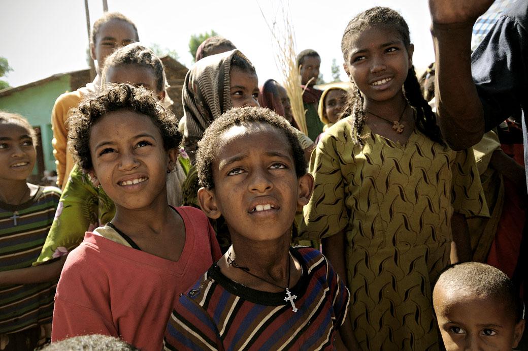 Enfants curieux au marché d'Addi Arkay, Ethiopie