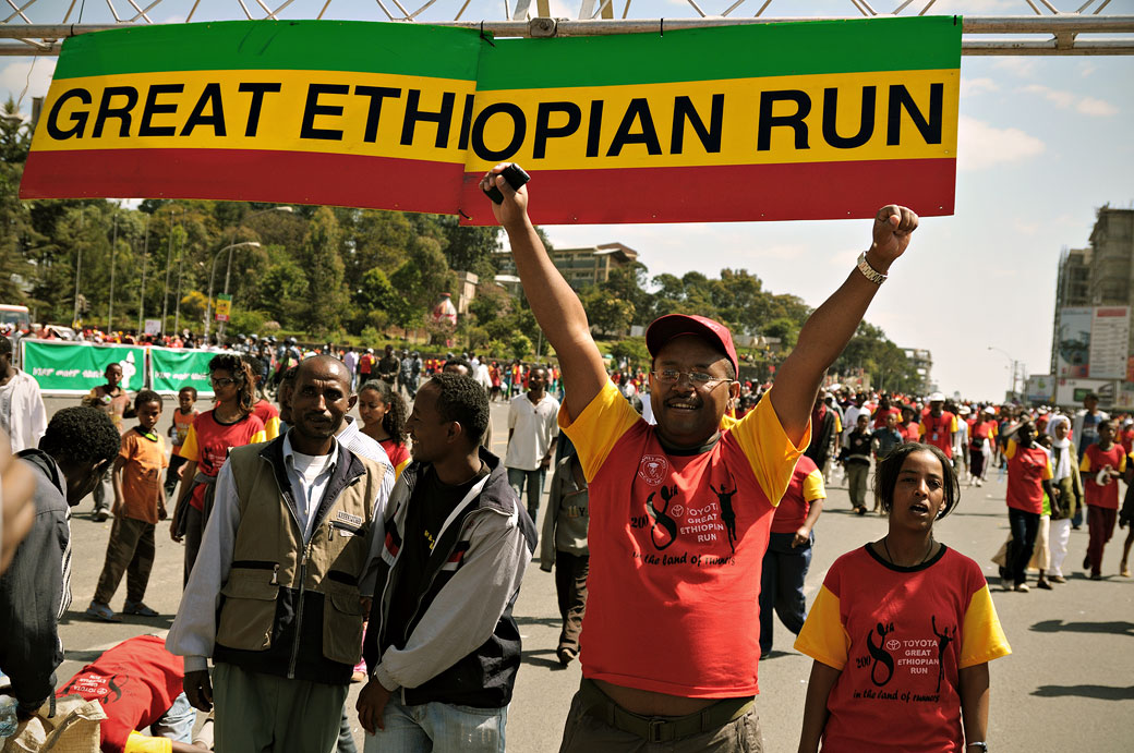Signe de victoire à la Great Ethiopian Run à Addis-Abeba