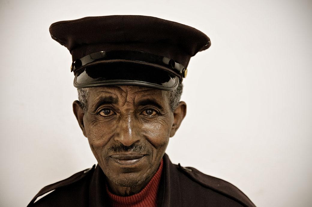 Gardien du musée national à Addis-Abeba, Ethiopie
