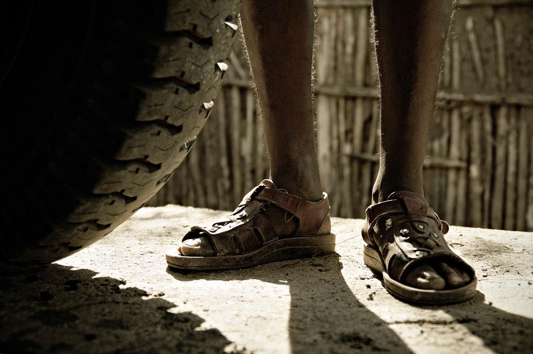 Roue et sandales d'un homme, Ethiopie