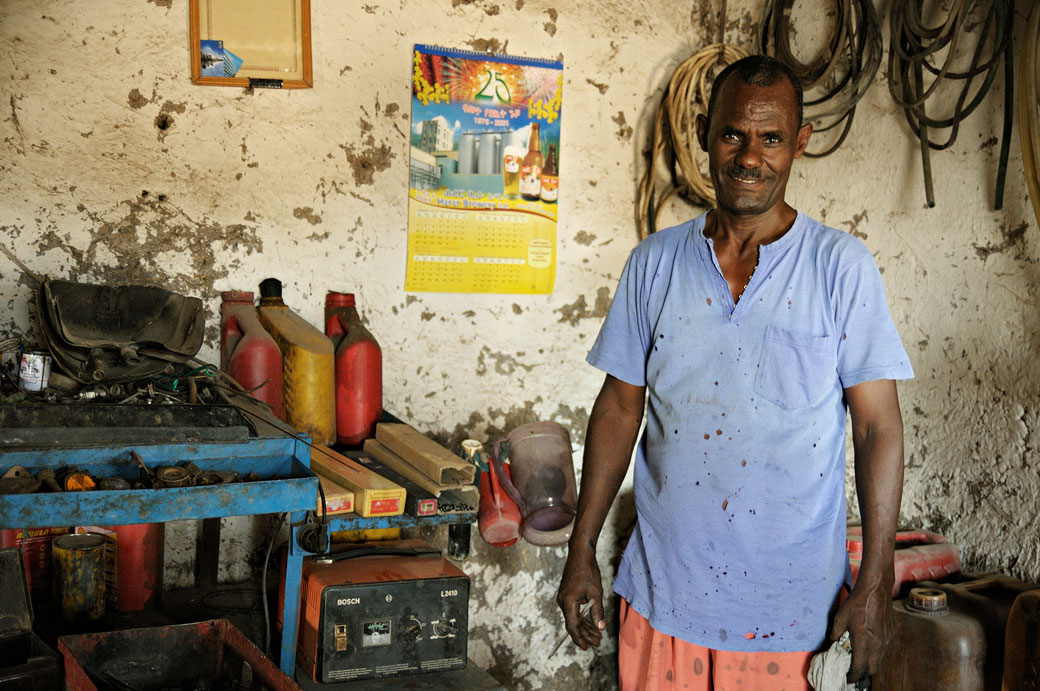 Garagiste dans son atelier à Awash, Ethiopie