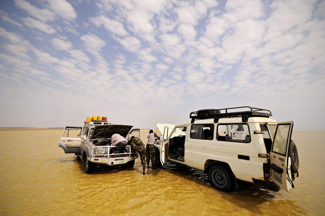 Voitures en panne sur le lac Assale dans le désert du Danakil